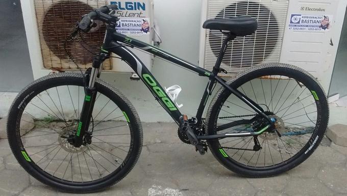 e95a35695 A partir de denúncias que uma bicicleta furtada estaria sendo vendida pelo  OLX, a polícia iniciou o levantamento de informações. Após localizarem o  endereço ...