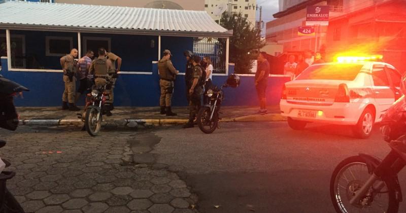 95fc7b419bca Depois de assaltar uma loja, um homem foi detido por populares no início da  noite desta quinta-feira (22). A reação da população foi imediata, assim  que uma ...