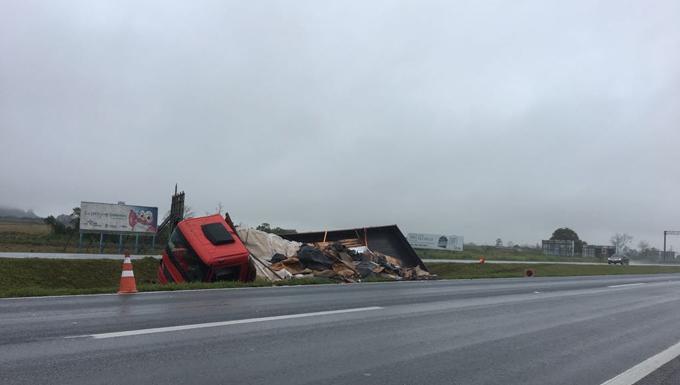 291021881 Caminhão tomba na BR-101; pista molhada e má visibilidade são causas ...